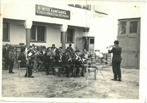 Orkiestra Dęta OSP Pilawa podczas próby pod dyrekcją Jerzego Łubiana 1966 r.